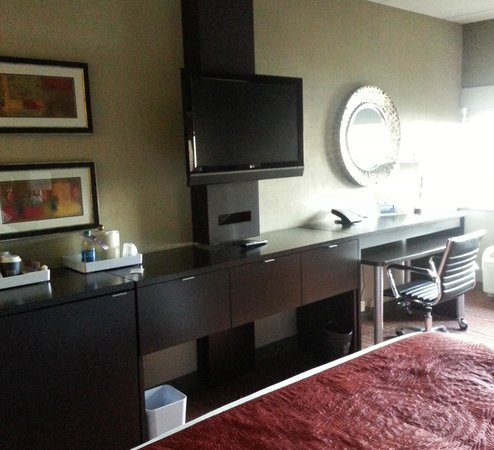 Four Points by Sheraton Milwaukee North Shore: TV/desk area