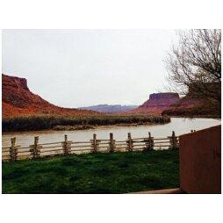 Red Cliffs Lodge: View from patio creekside suite