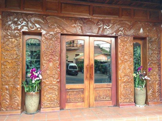 Angkor Pearl Hotel: Front door decor...