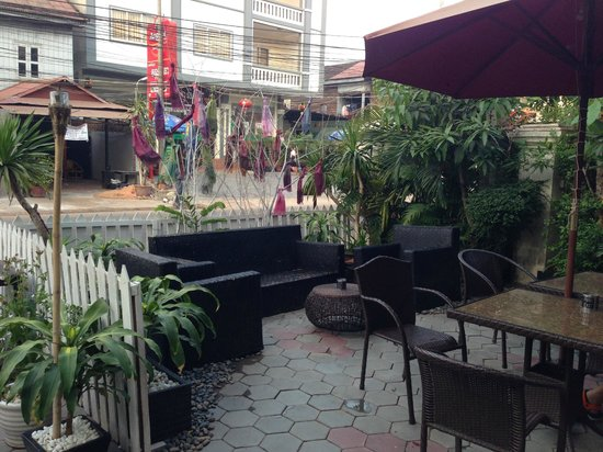Angkor Pearl Hotel: Nice lounging patio in front of hotel...