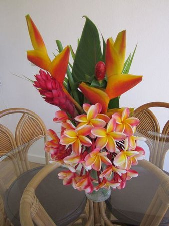 Poipu Plantation Resort : Welcoming flowers in our suite