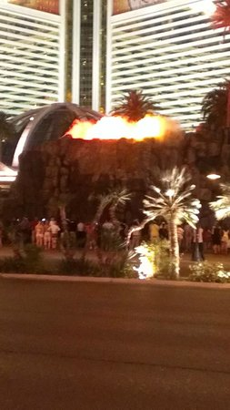 The Mirage Hotel & Casino: Nightly volcano entertainment