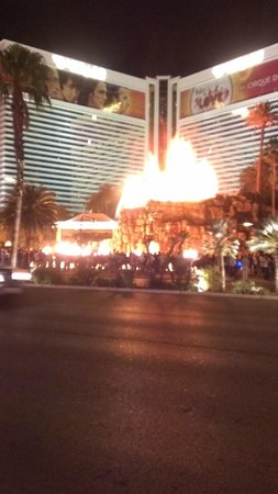 The Mirage Hotel & Casino: Nightly live volcano