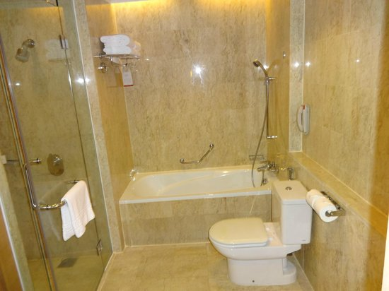 Pullman Kuala Lumpur City Centre Hotel And Residences : Bath, separate shower, toilet
