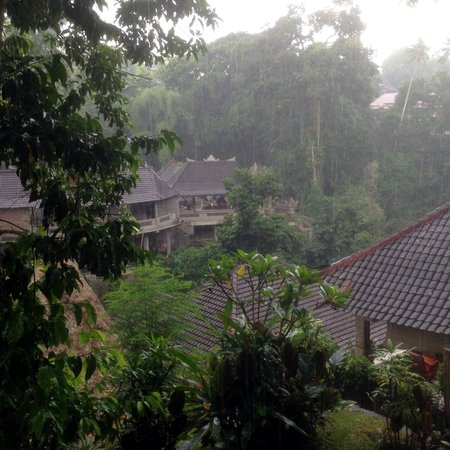 Hotel Tjampuhan & Spa : Rain in the afternoon