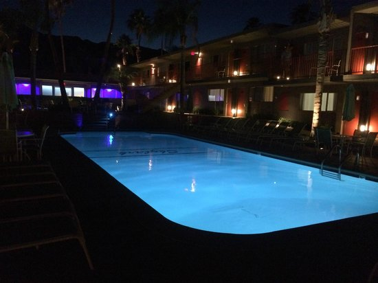Skylark Hotel : Skylark Pool evening