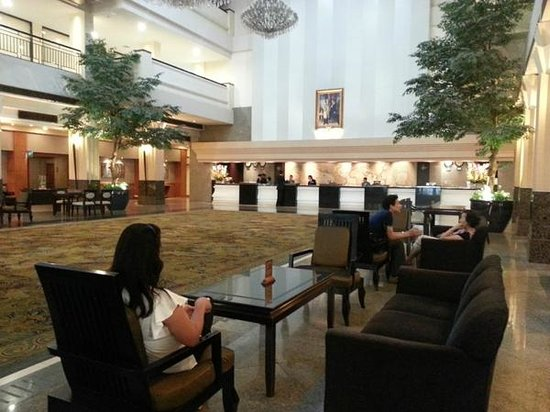 The Twin Towers Hotel: Huge Lobby