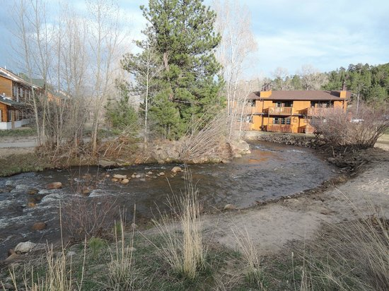 Murphy's River Lodge: river flowing behind and next to motel