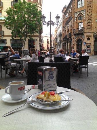 Confiteria la Campana : basket with fruit and custard