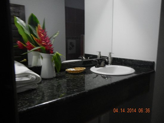 Martz Farm Treehouses and Cabanas Ltd.: Garden Room Bathroom