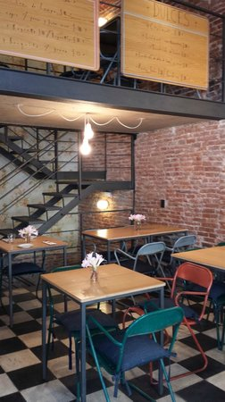 Jacinto cafe & restaurant: Interior with two levels