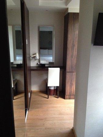 Bridal Tea House Hotel Hung Hom Gillies Road: Desk in room 1002