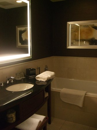 JW Marriott Chicago: huge bathtub and light up mirror, lights up under the sink too