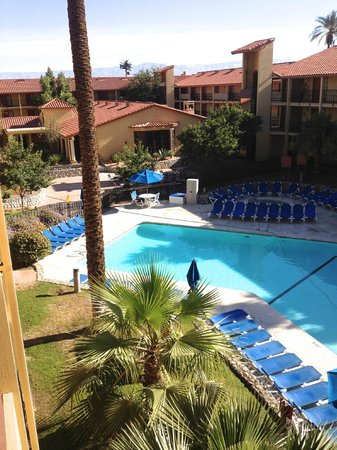 Embassy Suites by Hilton Hotel Palm Desert : Outside pool and lounge area.