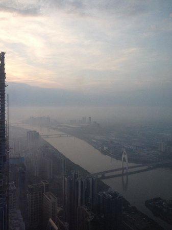 Four Seasons Hotel Guangzhou : Blick aus den 94. Stock um 6 Uhr morgens