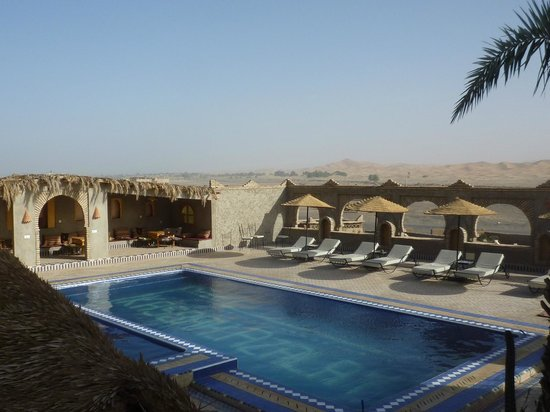 Kasbah Azalay Merzouga: プールから砂漠