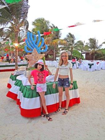 Grand Palladium Colonial Resort & Spa : dining on the beach