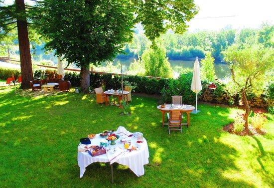 Manoir de la Malartrie : Breakfast in the beautiful gardens
