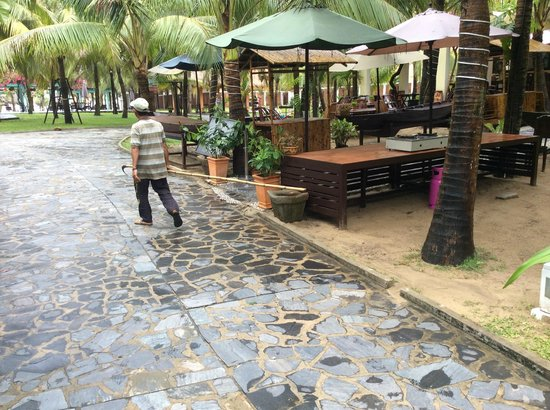 le belhamy resort & spa : One more typical staff - complete stranger wondering around