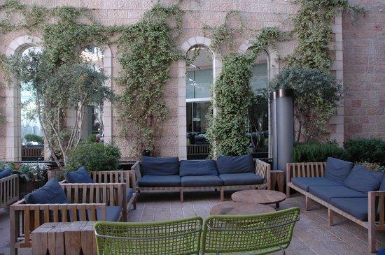 Mamilla Hotel : Relaxing garden courtyard