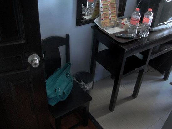 Sampaguita Suites-Plaza Garcia: Chair in front of the toilet