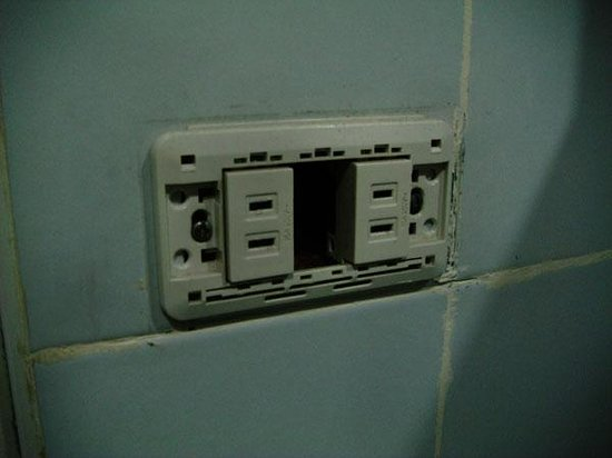 Sampaguita Suites-Plaza Garcia: Open socket in bathroom