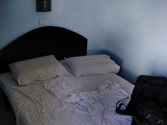 Sampaguita Suites-Plaza Garcia: tiny dirty bedroom