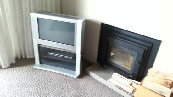 One Burgess Hill: Ye ole TV & fireplace that had not been cleaned out