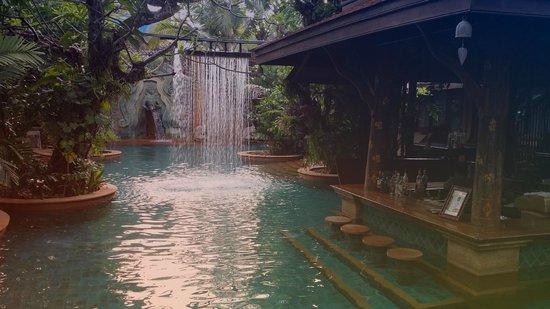 Sawasdee Village : The pool and the pool bar