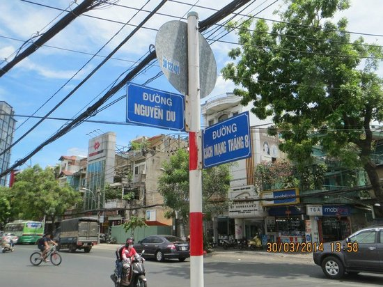 Tan Sinh Huong Hotel: Начало улицы Нгуен Ду