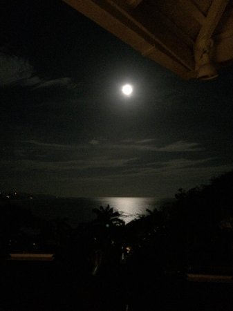 Round Hill Hotel & Villas : Full moon