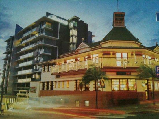 Oaks Grand Gladstone: The beautiful Grand Hotel with Oaks Grand alongside