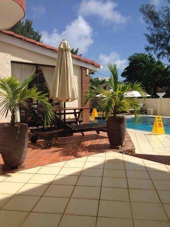 Carana Hilltop Villa: Chambre RDC côté piscine