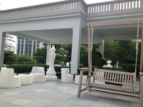Le Meridien Singapore, Sentosa: Outside Courtyard