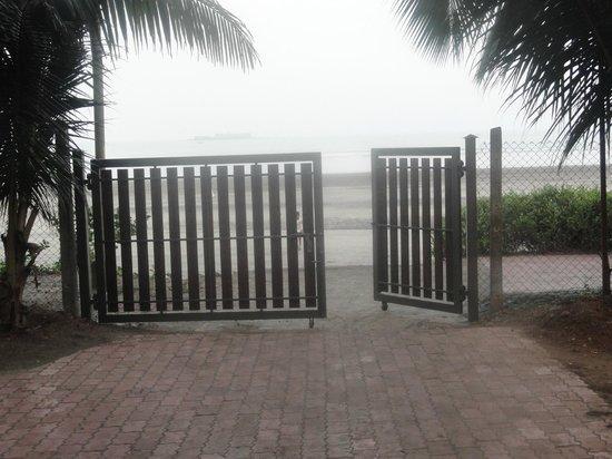 Golden Swan Beach Resort : hotel beach entrance