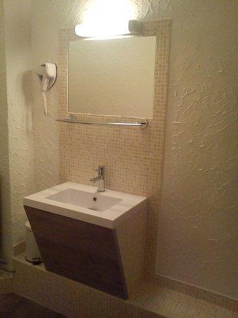 Hotel Jaures: salle de douche