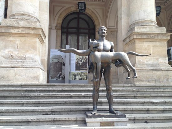 Walkabout Free Tours: The much debated and mocked statue of Trajan and She wolf in front of the Museum