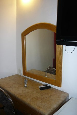 Zion Hotel: зеркало, мраморный столик и телевизор