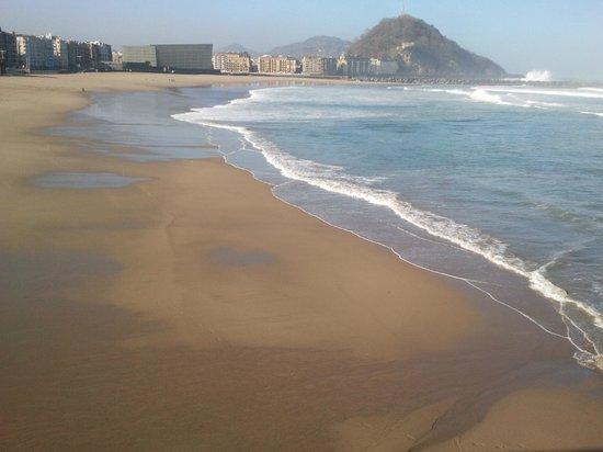 La Concha Beach : Playa de la Zurriola y Auditorio Kursaal