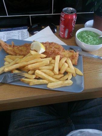 Baileys Fish and Chips: Paneret torsk med fritter og mushy peas :)