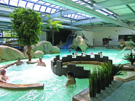 Piscine int rieure picture of camping l 39 ocean brem sur for Piscine interieure