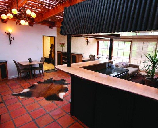 Noordhoek Sunshine Lodge: Bar, Breakfast Area, Lounge
