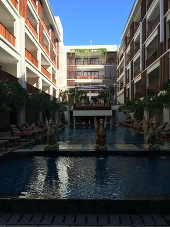 The Magani Hotel and Spa: Pool area - can see shallow day beds behind statues