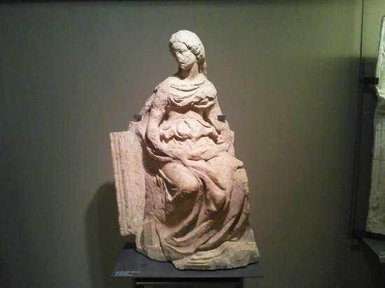 Complesso Museale Santa Maria della Scala: Un marmo originale di Fonte Gaia nel fienile
