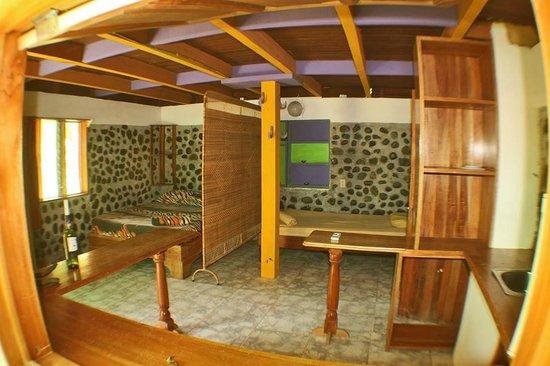 La Pina Lodge B&B: First floor room, 3 beds, a/c, shower