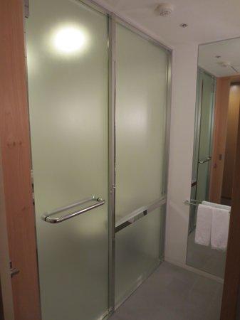 Hotel Nikko Niigata: バスルームの仕切り