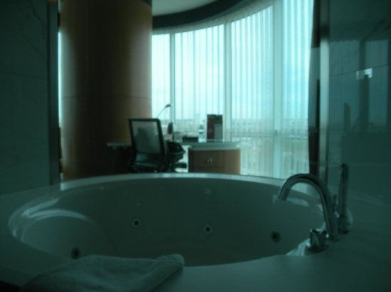 DoubleTree by Hilton Istanbul - Moda : The room and bathroom