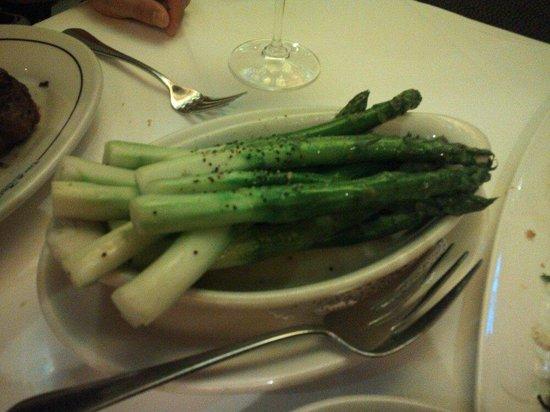 Vic & Anthony's Steakhouse: 添え物のアスパラ。デカイ、大きい!!