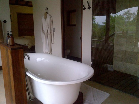 andBeyond Phinda Mountain Lodge : Nice tub for a lovely bubble bath after a safari
