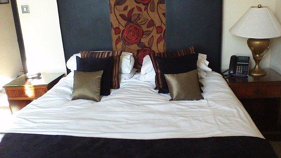 Popinjay Hotel: comfy bed